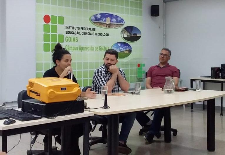 A voluntária do AFS, Ana Carolina Fernandes da Luz, e os professores do IFG Kelio Júnior e Liberato Santos falaram de diferentes experiências e intercâmbio em roda de conversa sobre o assunto