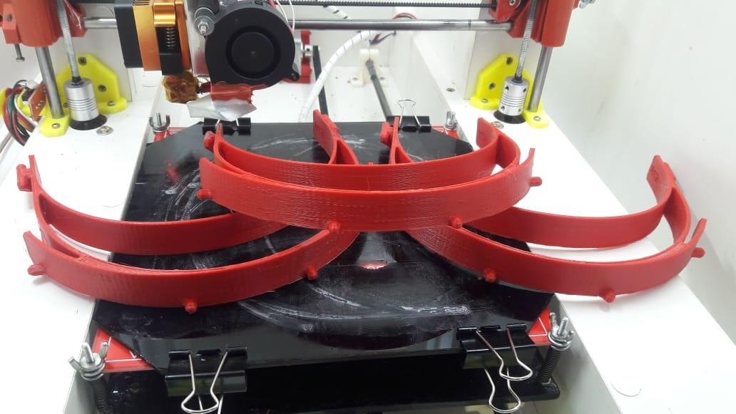 Suportes para protetores faciais produzidos pelo aluno Lucas Schmidt em sua impressora 3D ( Foto: Lucas Schmidt).