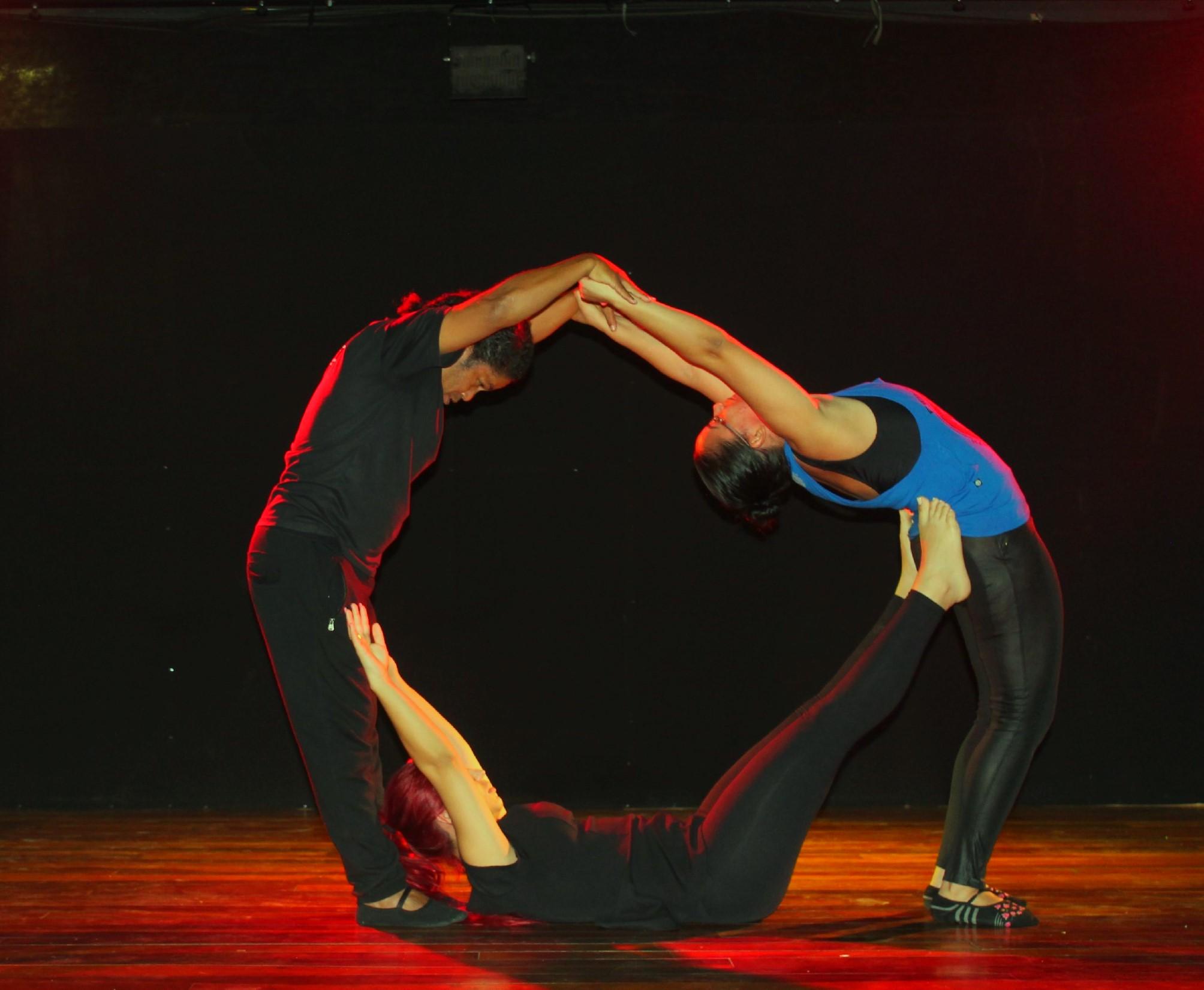 Foto de divulgação do Coletivo diVerso, em encenação do espetáculo Cabeça de Vento