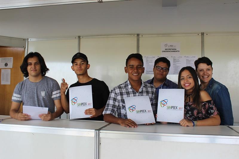 Estudantes e servidora da Comissão Executiva do SIMPEEX no estande de inscrições e credenciamentos no Câmpus Aparecida de Goiânia do IFG