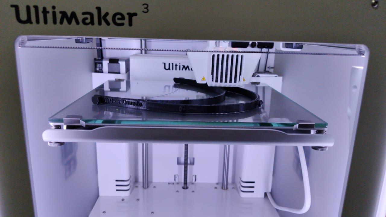 Produção de peça da máscara Face Shield em impressora 3D