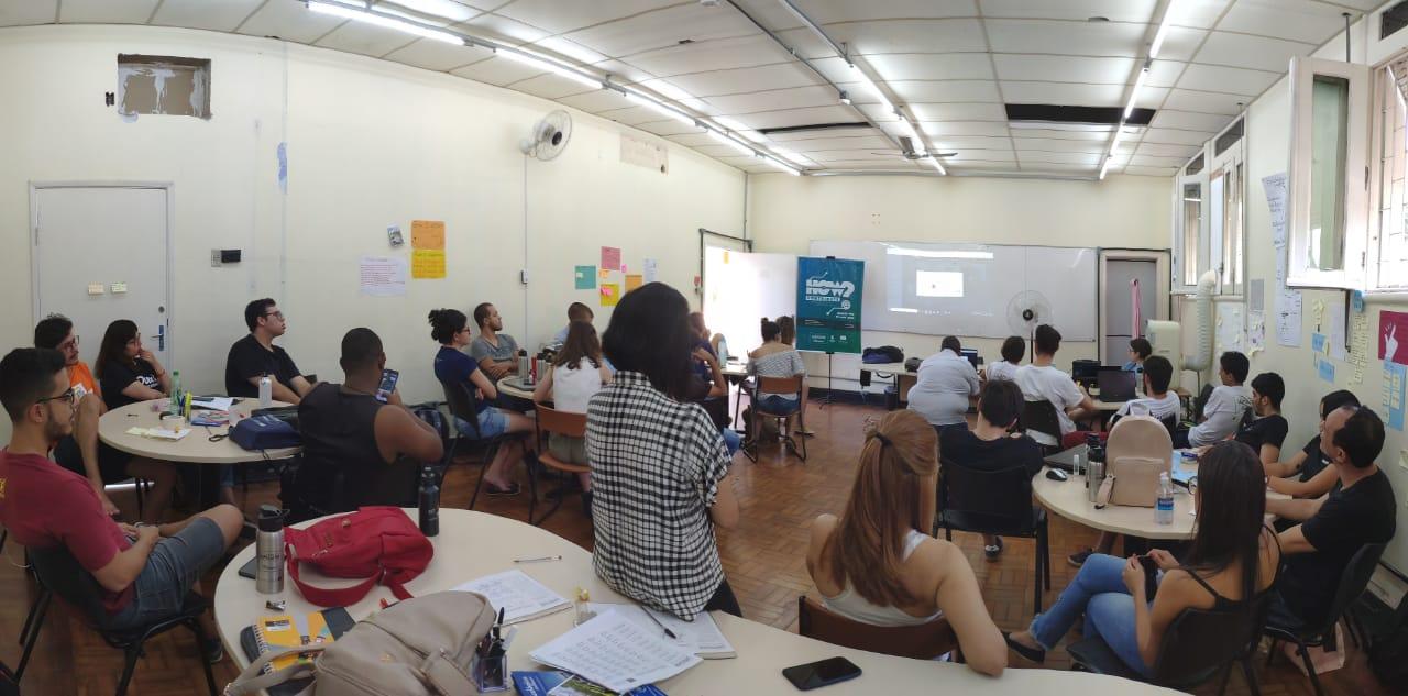 Estudantes que participam do Projeto LAPASSION durante curso presencial